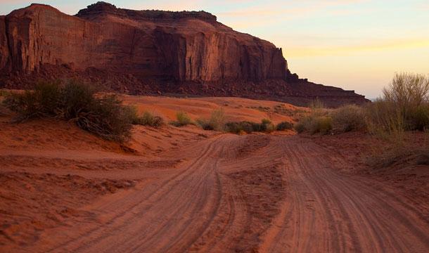 dolina-monumentow-navajo-indianie