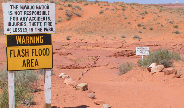 Otrzeżenia przed gwałtownym wezbraniem rzeki w pobliżu Antelope Canyon