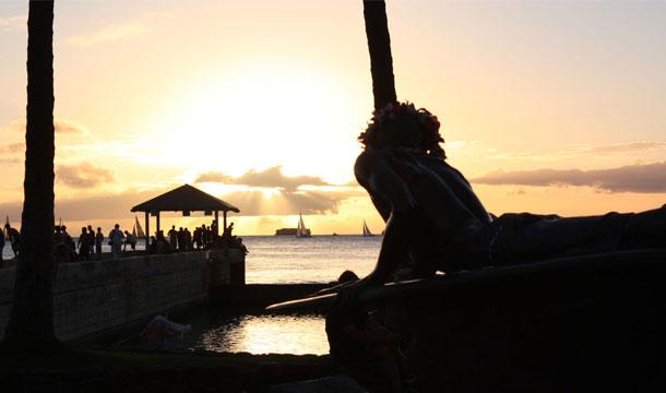 Hawaje, zachód słońca na plaży Waikiki Beach