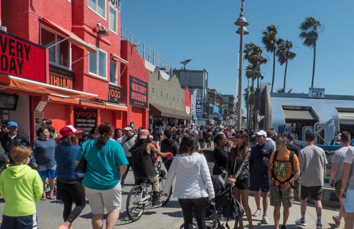 Turyści na deptaku w Venice Beach