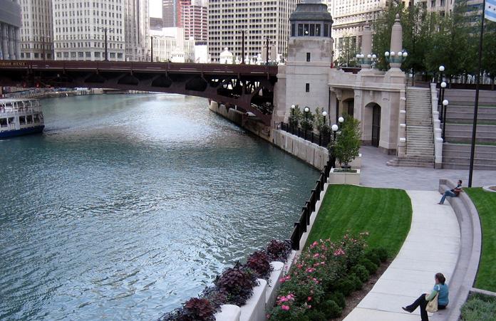 Deptak-wzdłuż-rzeki-Chicago